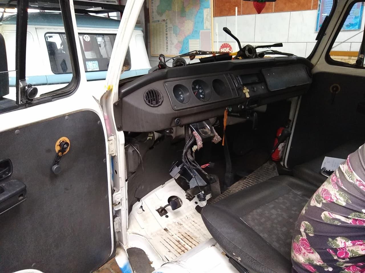 A Dorotéia sem volante durante a remoção da caixa de direção