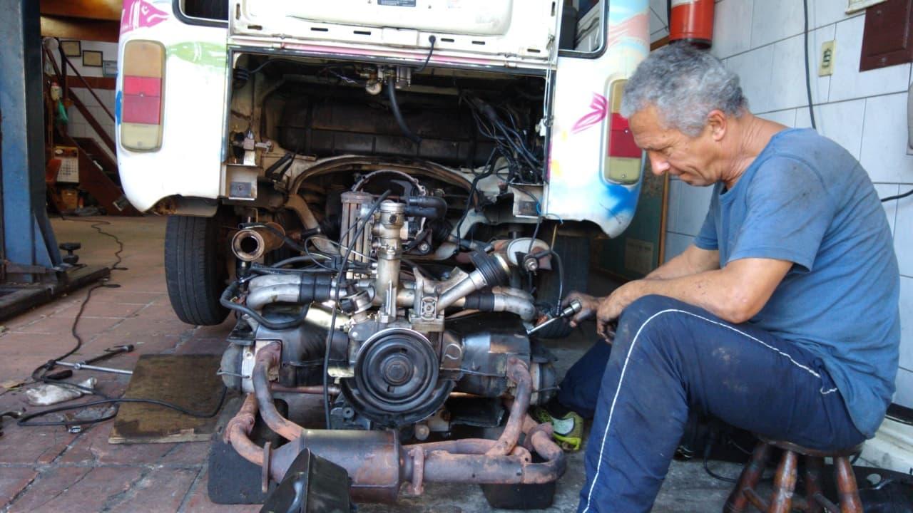 Rui inspecionando onde estavam os vazamentos de óleo no motor
